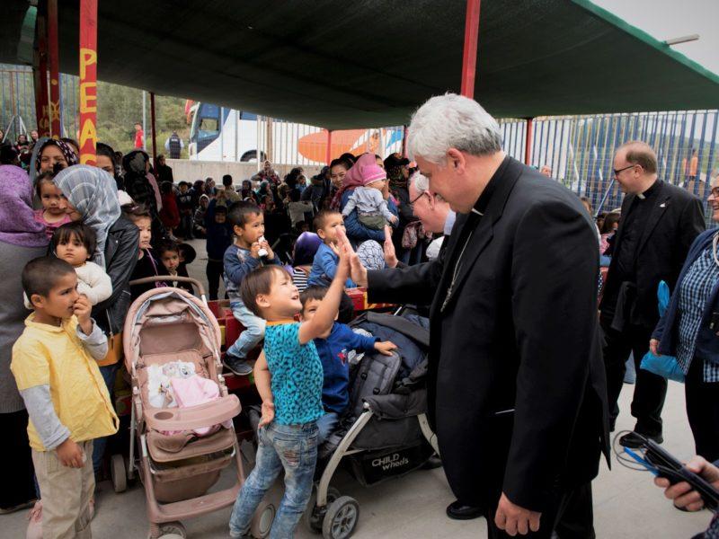 Los cardenales Hollerich, Czerny y Krajewski piden la reubicación de refugiados de Lesbos a Europa