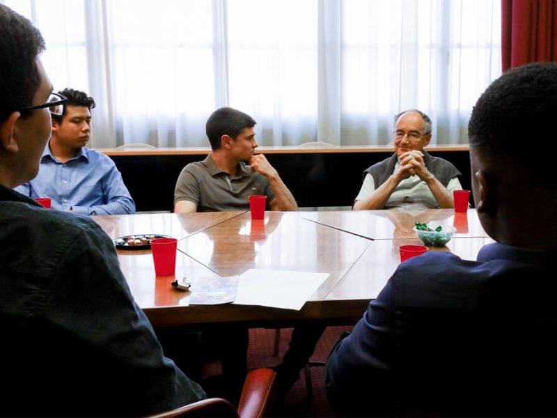 Le P. Michael Czerny a rencontré des stagiaires du Collège St. Michael de Toronto
