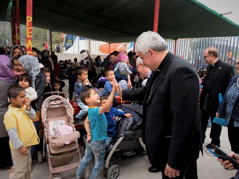 Les cardinaux Hollerich, Czerny et Krajewski appellent à la réinstallation des réfugiés de Lesbos en Europe