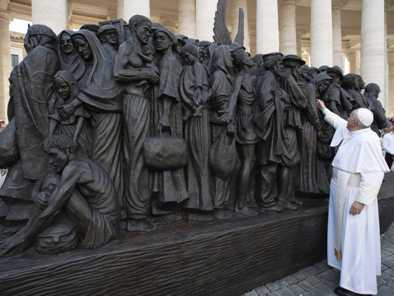 Santa Sede e New York unite per illuminare la Sacra Famiglia nella scultura Angels Unawares