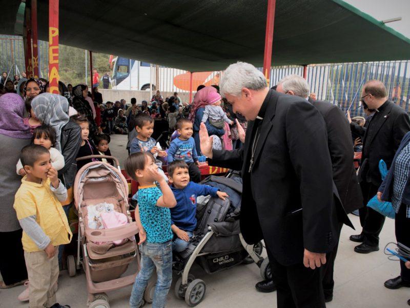 Cardeais Hollerich, Czerny e Krajewski pedem a realocação de refugiados de Lesbos para a Europa