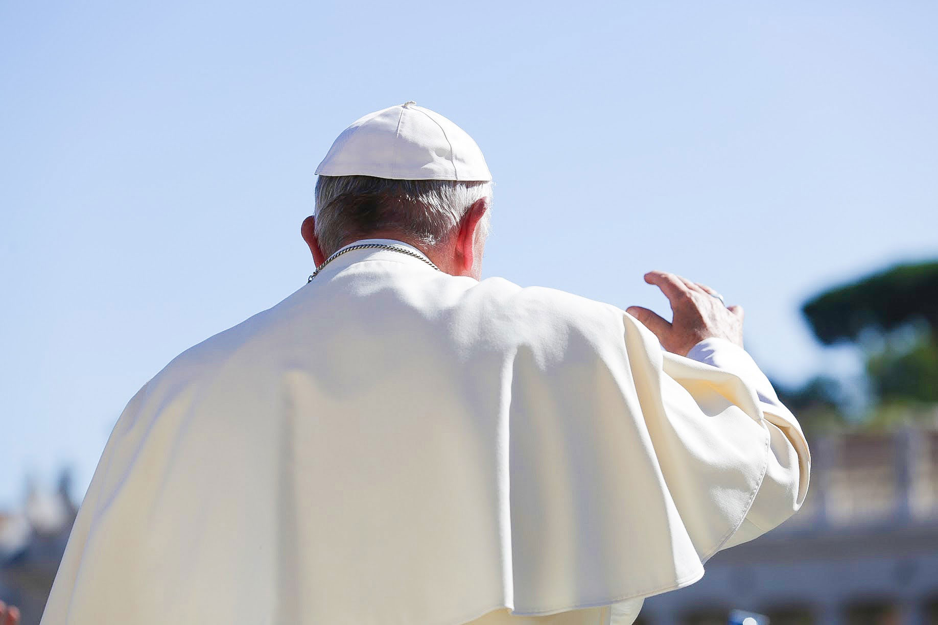 pope back salute Migrants and Refugees